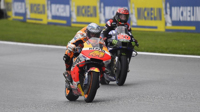 SPIELBERG, AUSTRIA - AUGUST 06: Pol Espargaro of Spain and Repsol Honda Team leads  Fabio Quartararo of France and Monster Energy Yamaha MotoGP Team during the MotoGP of Styria - Free Practice at Red Bull Ring on August 06, 2021 in Spielberg, Austria. (Photo by Mirco Lazzari gp/Getty Images)