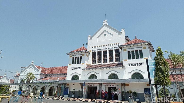 Stasiun Cirebon, Kota Cirebon, Jawa Barat, merupakan salah satunya stasiun tua di Indonesia. Stasiun ini merupakan pusat dari aktivitas PT KAI Daop 3 Cirebon.
