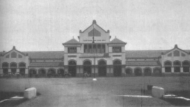 Foto lawas salah satu kereta berada di Dipo Stasiun Cirebon.
