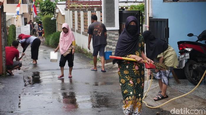 Puluhan rumah di kawasan Lembang terdampak banjir kotoran sapi. Warga pun ramai-ramai membersihkan area rumah mereka dari kotoran tersebut.