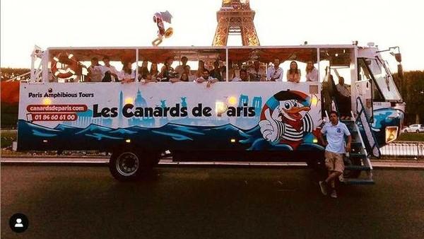 Bus berjalan dengan mode seperti bis pada umumnya mengelilingi kota, melewati Arc de Triomphe hingga Menara Eiffel. (Les Canards de Paris/instagram)