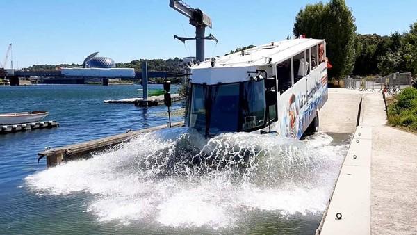 Paris kini menawarkan perjalanan bus amfibi dengan desain baru. Bus ini juga sudah mengantongi lisensi untuk membawa turis di jalan dan jalur air Paris. (Les Canards de Paris/instagram)