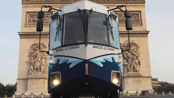 Bus Amfibi melaju di sepanjang jalan kota Paris dan berubah jadi kapal saat masuk ke sungai. (Les Canards de Paris/instagram)