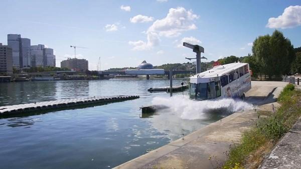 Perjalanan selanjutnya beralih ke Sungai Sein. Bus pun berubah jadi mode perahu dengan baling-baling di bagian depan. (Les Canards de Paris/instagram)
