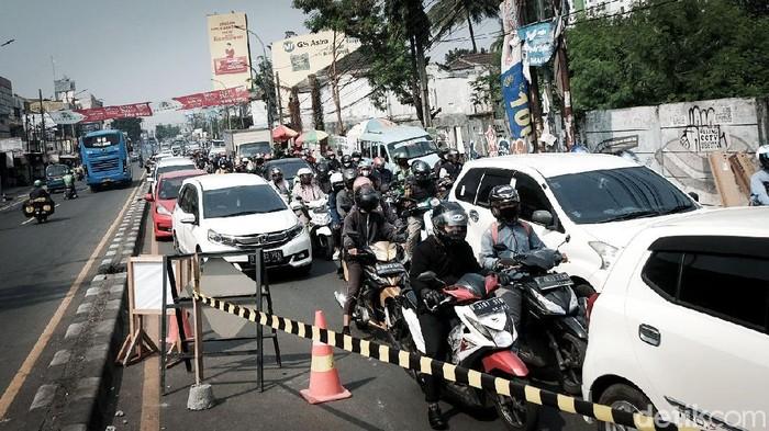 Jalanan di Ciputat Timur, Tangsel, macet pagi ini. Kemacetan disebabkan proyek saluran air di Jalan Dewi Sartika. Hmm.. sabar, sabar...!