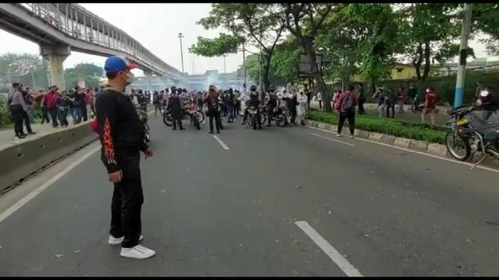 Demo pendukung HRS di Cempaka Putih ricuh, sejumlah orang diamankan polisi (Zunita/detikcom)