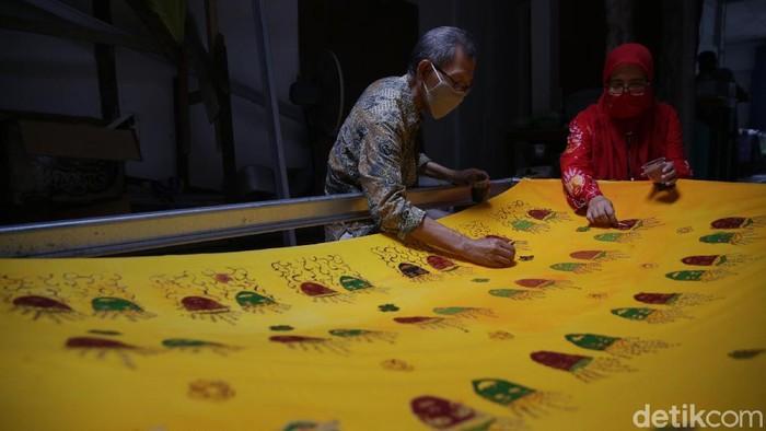 Koperasi Konsumen Batik Betawi di Perkampungan Industri Kecil (PIK) Penggilingan, Cakung, Jakarta Timur terus berupaya melestarikan pembuatan batik Betawi.