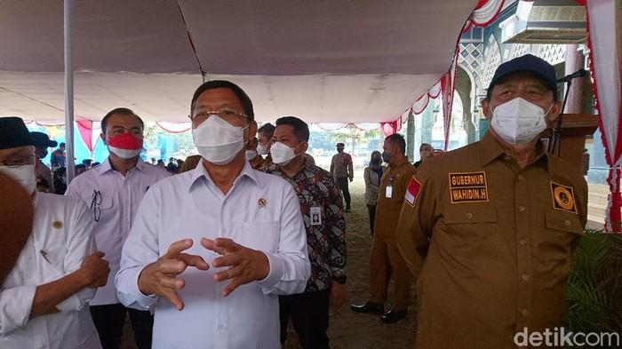 Gubernur Banten Wahidin Halim meminta bantuan anggota Wantimpres Mardiono agar stok vaksin Corona di Banten ditambah (M Iqbal/detikcom)