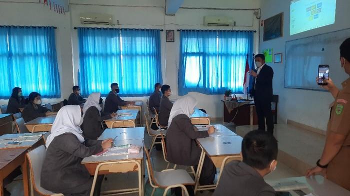 Gubernur Sumsel, Herman Deru, saat mengecek sekolah tatap muka (M Syahbana-detikcom)