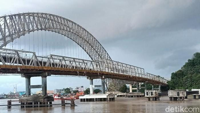 Jembatan Mahakam ditabrak kapal tongkang. Pilar jembatan Mahakam tersebut mengalami kerusakan. (Budi Kurniawan/detikcom)