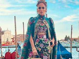 Jennifer Lopez Tampil Glamour dengan Jubah, Label Harganya Masih Menggantung