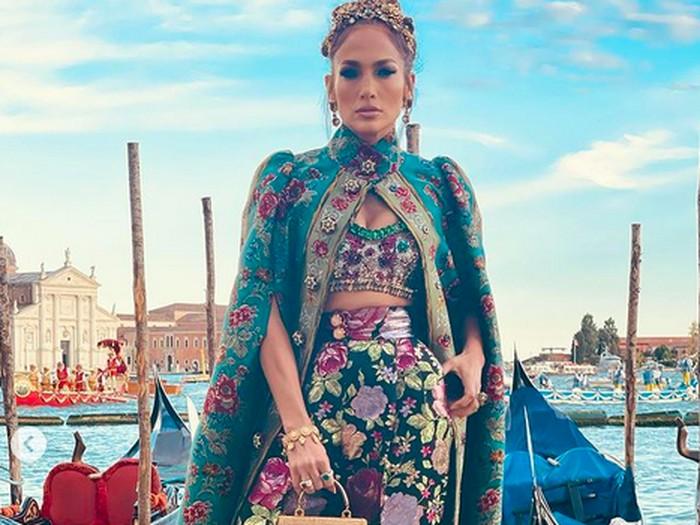 Jennifer Lopez di fashion show koleksi Alta Moda Fall 2021 Dolce & Gabbana. (Foto: Instagram/@jlo)