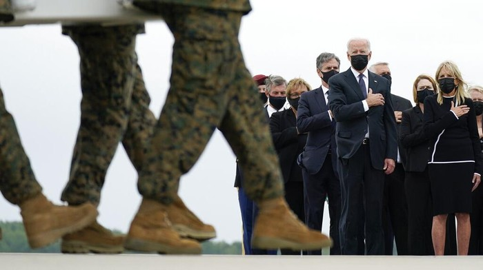 Presiden Amerika Serikat (AS), Joe Biden, memberikan penghormatan terakhir untuk 13 tentara AS yang tewas dalam serangan bom bunuh diri di gerbang bandara Kabul, Afghanistan. Jenazah para tentara itu tiba di AS pada Minggu (29/8) waktu setempat setelah diterbangkan dengan pesawat militer dari Kabul.