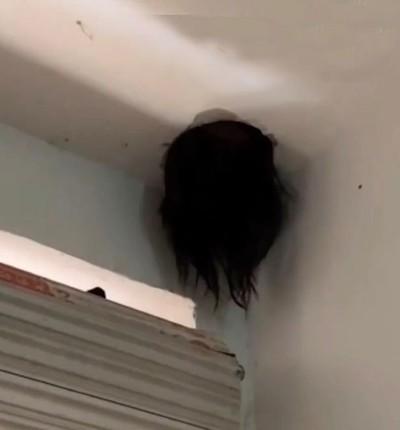 Kepala tersangkut di lubang langit-langit rumah