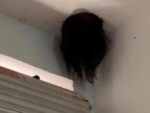 Viral Video Kepala Wanita Tersangkut di Langit-langit Rumah, Bak Film Horror!
