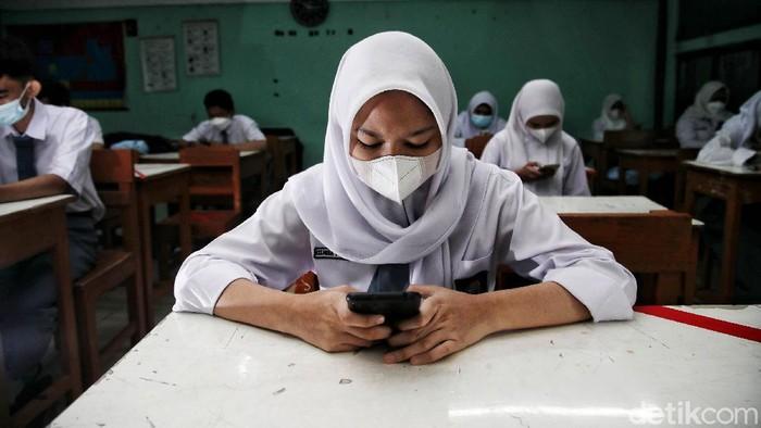 Sejumlah siswa-siswa mengikuti ulangan harian saat uji coba pembelajaran sekolah tatap muka di kawasan SMA Swasta Yappenda, Tanjung Priok, Jakarta Utara, Senin (30/8).