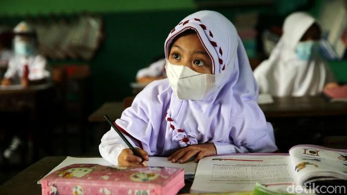 Sebanyak 610 sekolah di Jakarta memulai sekolah tatap muka, salah satunya SDN 09 Pondok Kelapa. Para siswa pun menyambutnya dengan antusias.