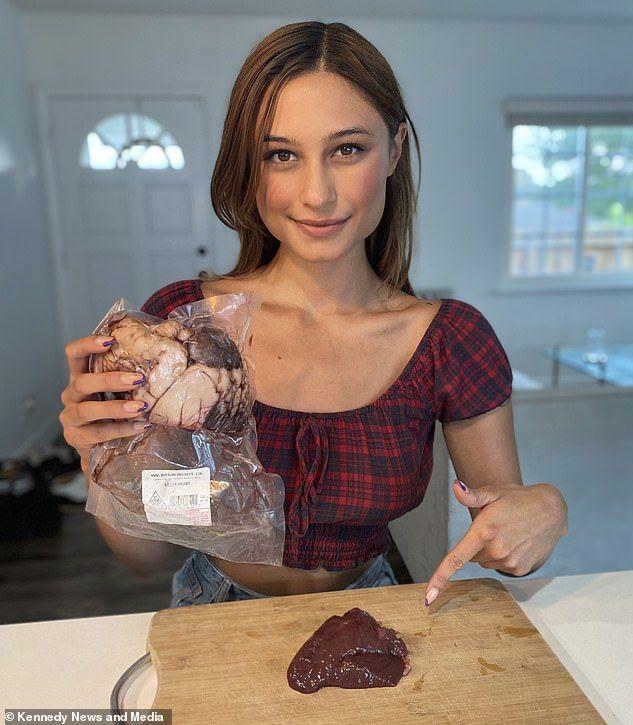Nyaris Botak Karena Vegan, Wanita Ini Kini Rutin Makan Jeroan Mentah