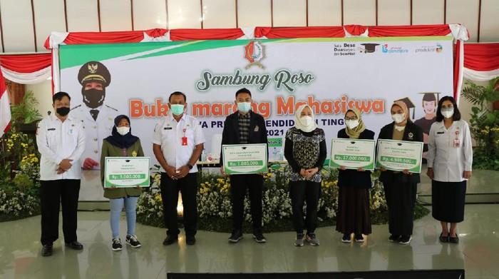 Pemkab Bojonegoro menyerahkan beasiswa bagi mahasiswa dalam acara Sambung Roso Bue Marang Mahasiswa. Acara digelar di Pendopo Malowopati (27/8).