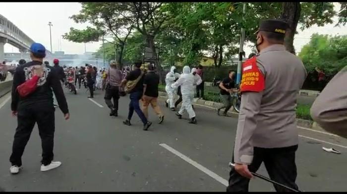 Polisi bubarkan massa pendukung HRS dengan tembakkan gas air mata (Zunita/detikcom)