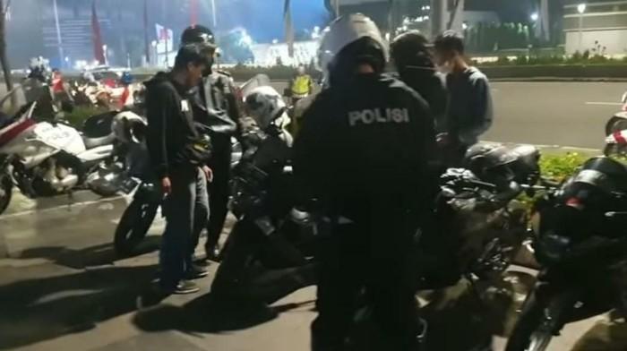 Polisi menindak 30 pemotor yang kumpul diduga hendak balapan liar di Sudirman (tangkapan layar/dok.TMC Polda Metro Jaya