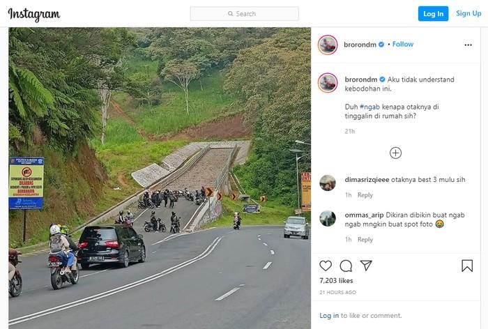 Rombongan bikers nongkrong di jalur penyelamat di daerah Subang, Jawa Barat