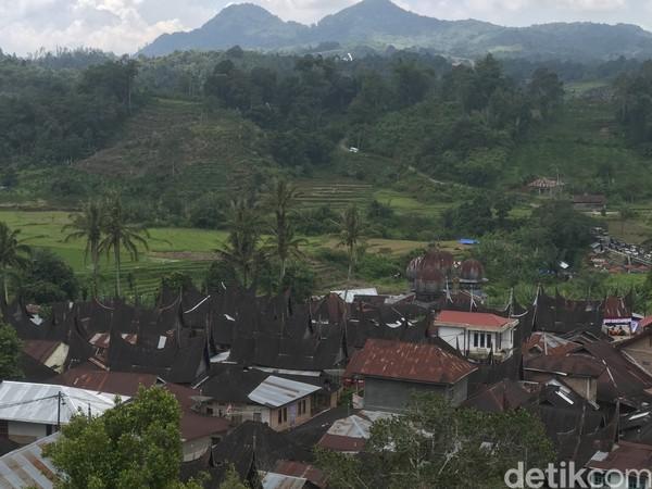 Seperti inilah desa wisata Saribu Gonjong (Sarugo) di Kabupaten 50 Kota, Sumbar. Desa ini sungguh sejuk dan asri. Ditambah dengan pemandangan rumah-rumah gadang dengan gonjong yang menjulang, membuat desa wisata ini makin menarik. (Jeka Kampai/detikTravel)