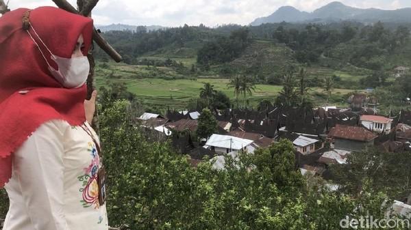 Sesuai namanya, desa Sarugo memiliki keunikan yakni deretan Rumah Gadang lengkap dengan Gonjong. Semuanya berderet rapi membentuk barisan dan menghadap ke Masjid Raya. Gonjong di setiap rumah berjumlah lima, yang melambangkan Rukun Islam. (Jeka Kampai/detikTravel)