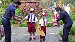 Sejumlah sekolah di Jakarta hari ini Senin (30/8/2021) sudah mengadakan sekolah tatap muka terbatas dikarenakan makin menurunnya kasus COVID-19.
