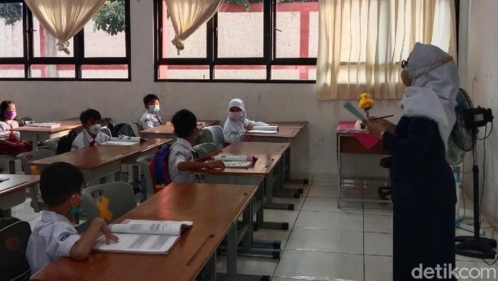 Suasana kelas saat Sekolah Tatap Muka hari pertama di SDN Pejaten Timur 01 Pagi, Senin (30/8)