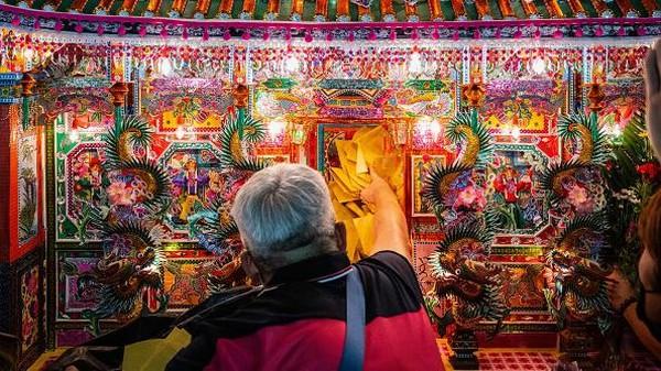 Bagi penganut ajaran Tao, Festival Hantu Lapar dirayakan bertepatan dengan kelahiran Dewa Chingsu, yang bermurah hati membebaskan hantu-hantu agar mereka dapat menikmati makanan yang disediakan manusia.