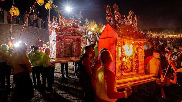 Festival itu diturunkan dari generasi ke generasi selama ribuan tahun. Acara tersebut adalah hasil perpaduan ajaran Taoisme dan Buddha.