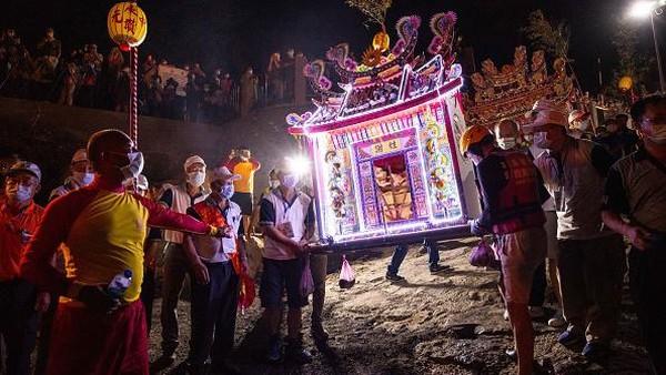 Tepat tengah malam, beragam lentera air dengan beraneka warna dinyalakan di Keelung, Taiwan. Ini menandakan Festival Hantu Lapar dimulai.