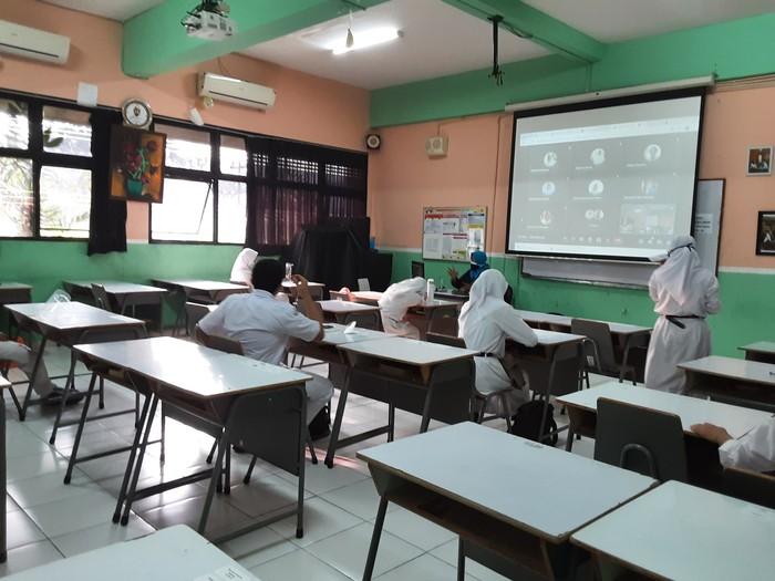 Suasana Sekolah Tatap Muka terbatas di SMAN 65 Jakarta, Senin (30/8/2021).
