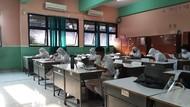 Potret Suasana Sekolah Tatap Muka Perdana Terbatas di SMAN 65 Jakarta