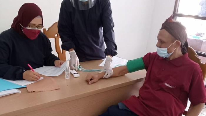 Sumanto saat diperiksa kesehatan jelang vaksinasi