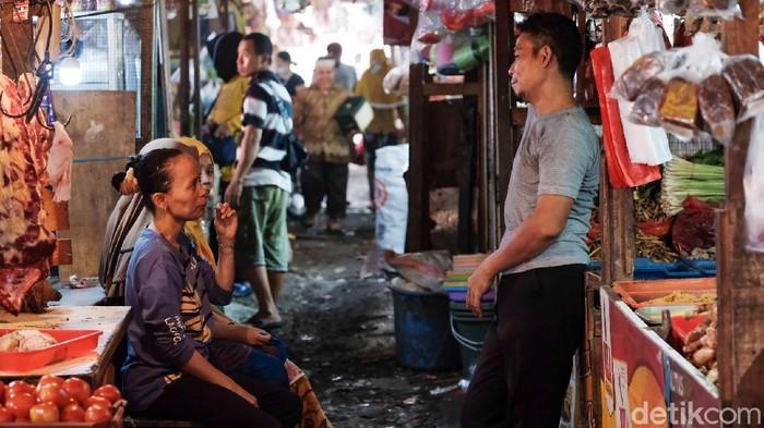 Masih ada masyarakat yang tidak menggunakan masker pasar tradisional saat Tangsel menerapkan PPKM level 3. Yuk, jangan kendor prokes!