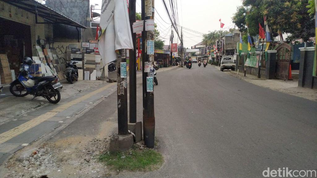 Tiang-tiang makan jalan di Jl WR Supratman, sebagian ditandai dengan tulisan 'bukan milik Telkom'. 30 Agustus 2021. (Athika Rahma/detikcom)