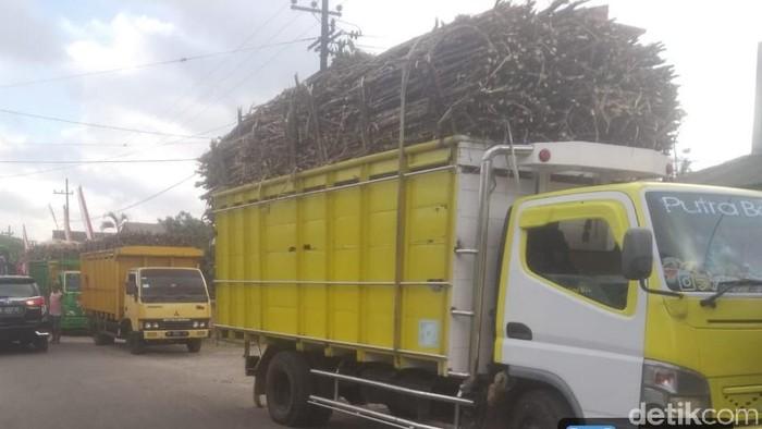 Ratusan truk pengangkut tebu tertahan di sepanjang jalan menuju pabrik gula Rejoso Manis Indo (RMI). Warga sekitar pabrik mengadang truk-truk itu karena pabrik melanggar komitmen yang dibuat sebelum musim giling tiba.