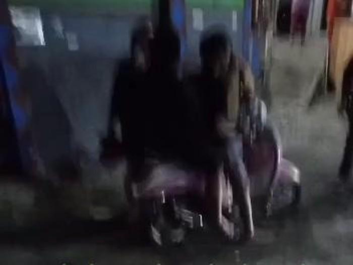 Video keributan dua wanita dan dua pria di lokasi yang disebut lingkungan Tretes, Prigen tengah viral. Video itu diberi narasi seolah dua pria tersebut tak membayar jasa PSK.