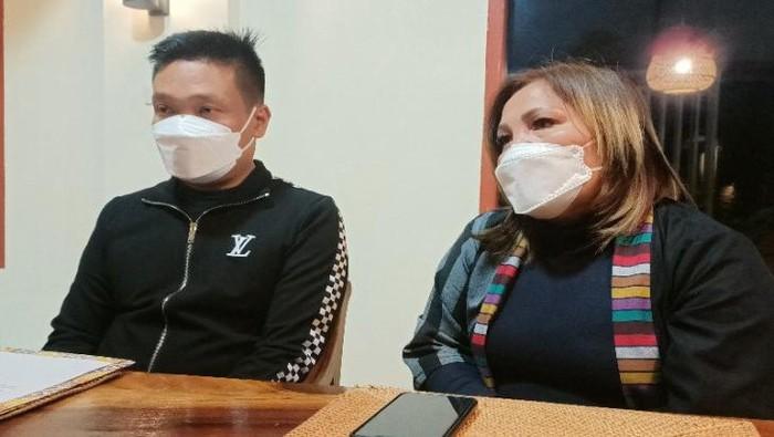 Wakil Bupati Humbanghasundutan, Oloan Paniaran Nababan bersama istri, Erma Simbolon. (ANTARA/Rinto Aritonang)