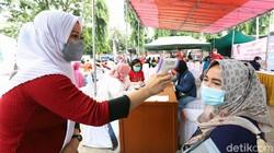 Vaksinasi massa COVID-19 digelar di Sekolah Islam Terpadu Citra Az Zahra, Kembangan, Jakarta Barat. Vaksinasi ini diikuti oleh 2.000 orang.