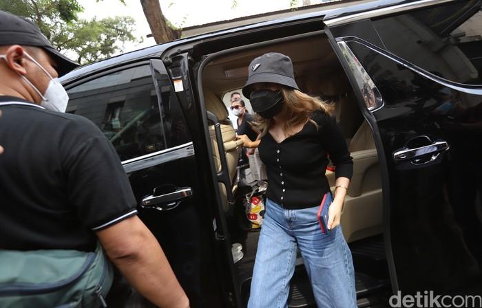Penyanyi dangdut Ayu Ting Ting saat memenuhi pemanggilan sebagai saksi di Polda Metro Jaya, Jakarta, Selasa, (31/8). PedangdutAyu Ting Ting beserta pengacaranya bakal diperiksa oleh penyidikterkait laporannya terhadap pemilik akun Instagram @gundik_empaeng tentang dugaan penghinaan.