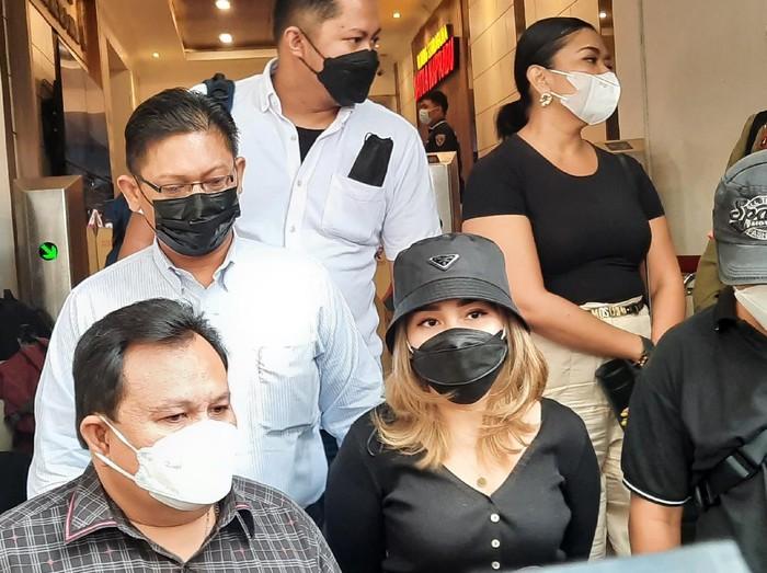 Ayu Ting Ting (baju hitam) usai diperiksa di Polda Metro (Yogi-detikcom)