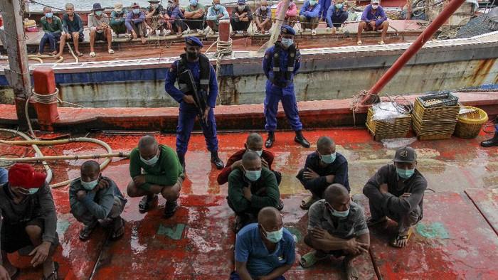 Kepala Badan Pemeliharaan Keamanan (Kabaharkam) Polri Komjen Pol Arief Sulistyanto (tengah) didampingi Kapolda Kepri Irjen Pol Aris Budiman (Kedua kiri), dan Dirjen PSDKP-KKP Laksamana Muda TNI Adin Nurawaluddin (Kanan kedua) memberikan keterangan kepada wartawan saat rilis penangkapan empat kapal nelayan asing, di Pelabuhan Batu Ampar, Batam, Kepulauan Riau, Selasa (31/8/2021). Polair Polda Kepri mengamankan empat kapal nelayan asing yang melakukan penangkapan ikan secara ilegal beserta sejumlah ABK berkewarganegaraan Vietnam di Perairan Natuna Utara yang termasuk ke dalam Zona Ekonomi Ekslusif Indonesia .ANTARA FOTO/Teguh Prihatna/hp.