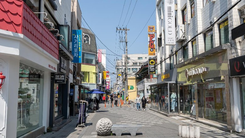 Various shops and restaurants along the Daehakro street in Gangneung, South Korea. Taken on May 1st 2020.