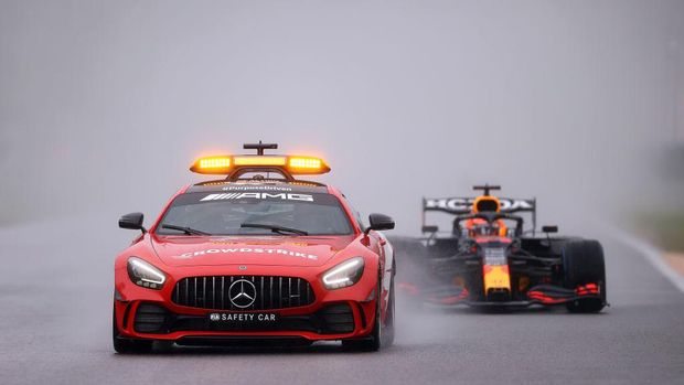 SPA, BELGIUM - AUGUST 29: The FIA Safety Car leads Max Verstappen of the Netherlands driving the (33) Red Bull Racing RB16B Honda and the rest of the field at the restart during the F1 Grand Prix of Belgium at Circuit de Spa-Francorchamps on August 29, 2021 in Spa, Belgium. (Photo by Lars Baron/Getty Images)