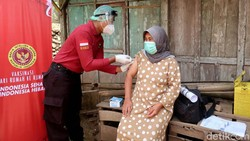 Vaksinasi door to door digelar di Bantul, Yogyakarta. Diharapkan lewat program itu makin banyak warga di kawasan Bantul yang dapat disuntik vaksin COVID-19.