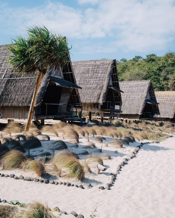 Camping di tengah hutan mungkin sudah biasa, namun bagaimana dengan camping di pinggir pantai? Jeeva Beloam Beach Camp di Lombok, Nusa Tenggara Barat menghadirkan pengalaman camping di pinggir pantai dengan pemandangan Pulau Sumbawa dan Hutan Sengon. Berbeda dari tempat lainnya, Jeeva Beloam Beach Camp hanya memiliki 11 cottages dengan desain rumah tradisional khas NTB, yang membuat kamu merasa seperti liburan di pulau pribadi. (dokInstagram/jeevabeloambeachcamp).