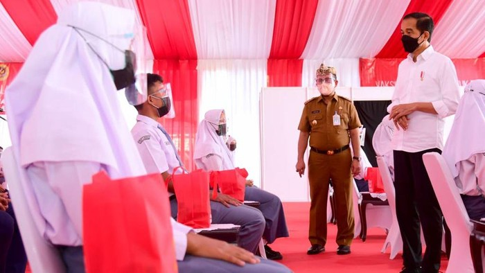 Jokowi tinjau vaksinasi pelajar di Cirebon, Jawa Barat (Foto: Muchlis Jr - Biro Pers Sekretariat Presiden)